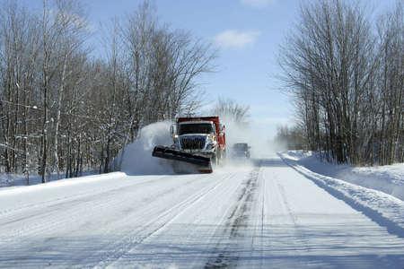 ploegen: sneeuwschuiver in actie na een sneeuwstorm Stockfoto