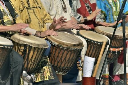 djembe speler in groep