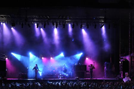 Rock concert op het podium buiten silhouet van de zangers op het podium