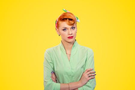 Agacé. Closeup portrait belle femme d'affaires malheureuse frustrée pin-up regarde les bras de la caméra croisés, mur de fond jaune isolé plié. Style rétro des années 50. Expression négative du visage Banque d'images