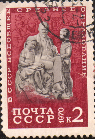 voortgezet onderwijs: De USSR - CIRCA 1970: de pers gedrukt in de Sovjet-Unie, toont het beeld van Lenin met kinderen en is gewijd aan het algemeen voortgezet onderwijs. Vladimir Lenin oprichter van de communistische partij van de Sovjet-Unie, circa 1970. Redactioneel