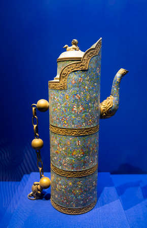 inlaid enamel Domu pot from Qing Dynasty at Kaifeng Museum, Kaifeng City, Henan Province, China. Stock fotó - 155376496