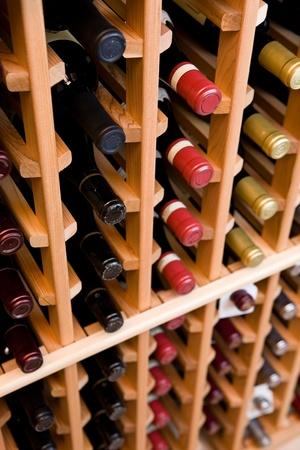 cave: Bouteilles de vin dans la cave