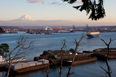 Port of Tacoma with Mount Rainier Stock Photo - 17307068