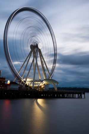 pike place market sign: Seattles Great Wheel, a ferris wheel on the waterfront. Editorial