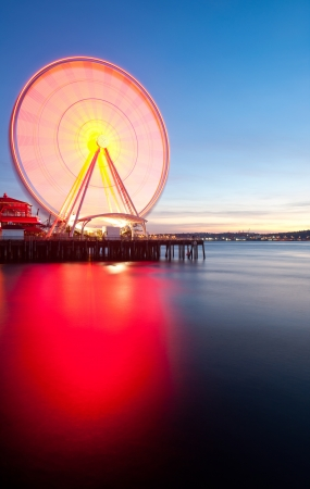 pike place market sign: Seattles Great Wheel, a ferris wheel on the waterfront. Stock Photo