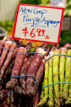 Púrpura y verde Asparagas envuelto en manojos para la venta en un mercado Foto de archivo - 27339385