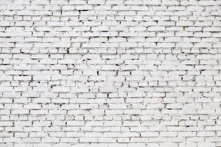 Vecchio muro di mattoni bianco macchiato stagionato, fondo di lerciume di struttura