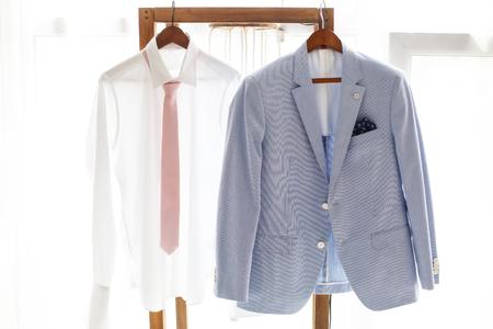 Mann Im Weißen Hemd Und Rosa Krawatte Halte Anzug Jacke Auf