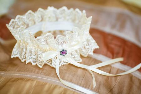 Verfraaide witte huwelijkskouseband op bank. Stockfoto