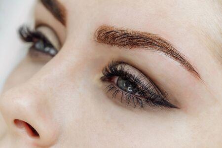 Résultat du maquillage permanent, tatouage des sourcils dans un salon de beauté