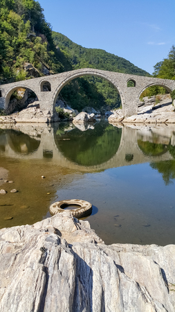 Landscape of medieval Devil's Bridge, Arda river and Rhodopes mountain, Kardzhali Region, Bulgaria Archivio Fotografico - 115883804