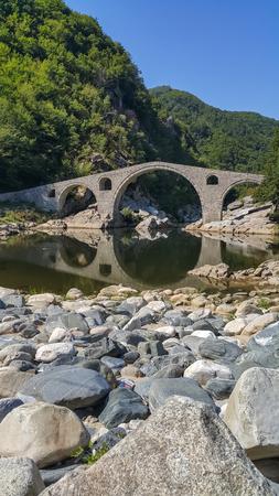 Landscape of medieval Devils Bridge, Arda river and Rhodopes mountain, Kardzhali Region, Bulgaria Zdjęcie Seryjne