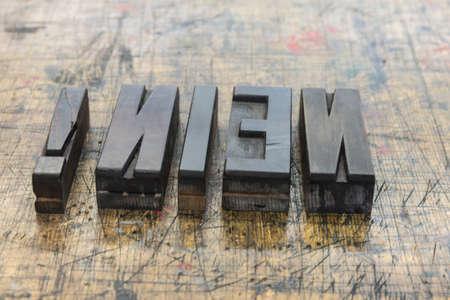 Wort Nein aus Holzbuchstaben auf Holz