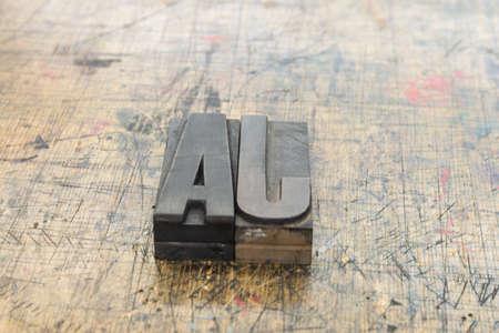 Wort Ja aus Holzbuchstaben auf Holz