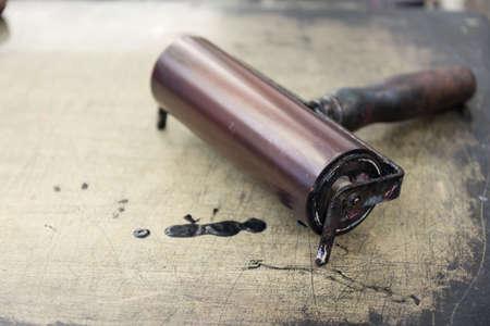 Walze auf Litographiestein mit Farbfleck