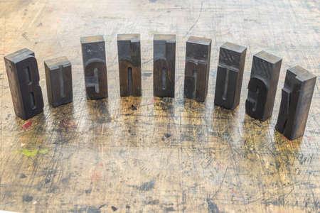 Wort Buchdruck aus Holzbuchstaben auf Holz