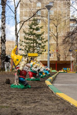 gnomos: coloridas figuras de gnomos de jardín en el patio de la guardería