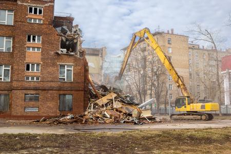 edificio escuela: excavadora derriba viejo edificio de la escuela soviética de Moscú Foto de archivo