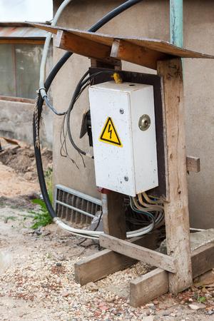 electricidad industrial: panel eléctrico temporal en una obra de construcción