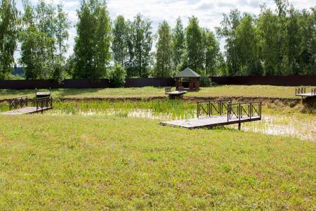 literas: estanque seco con literas en el parque