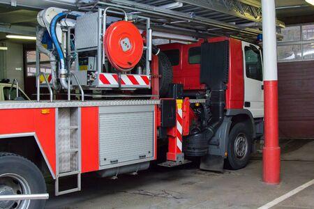 Camión de bomberos rojo y blanco en el garaje. Foto de archivo