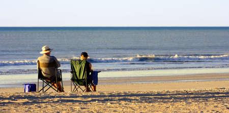 descubridor: pareja relajarse en una playa solitaria