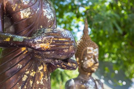 limosna: La estatua de Buda con el cuenco de las limosnas.