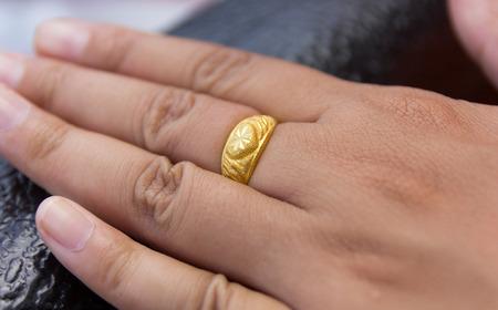 Mano femenina con el anillo de oro.