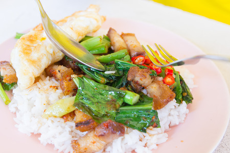 santa cena: Cerdo crujiente frito con col rizada, comida de estilo tailand�s. Foto de archivo