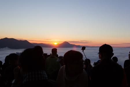 写真を撮る観光客待つ美しい日光プー タク山チェンマイカーンで、タイのルーイ県霧です。