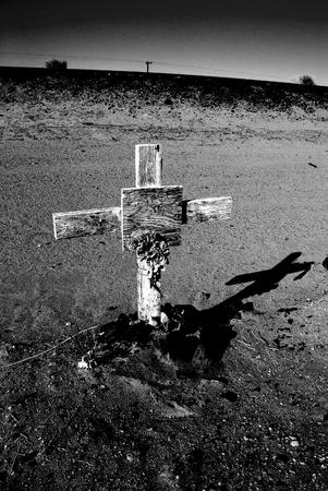 memorial cross: Cruz conmemorativa cerca de las vías del ferrocarril en el desierto