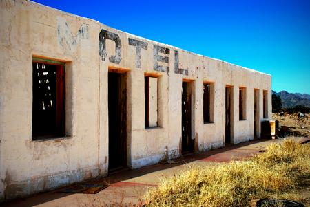 Old abandoned roadside motel in Arizona desert 免版税图像