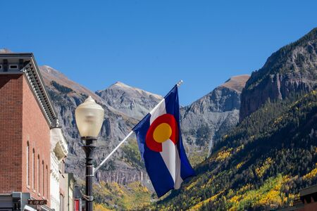 Colorado State Flag Mountain Background 版權商用圖片
