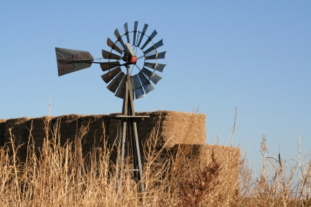 Molino de viento pajar Foto de archivo - 23437161