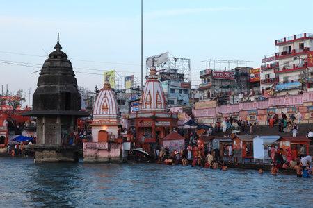 hindus: La gente en las abluciones rituales en el r�o Ganges en la ciudad de Haridwar en la India