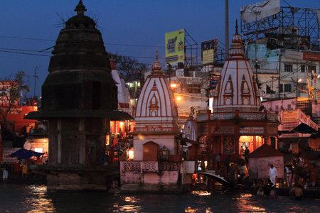 hindues: La ciudad santa de Haridwar en el Ganges en la India