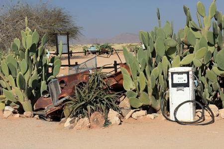 surtidor de gasolina: antigua estaci�n de gas y la bomba de gasolina en Namibia