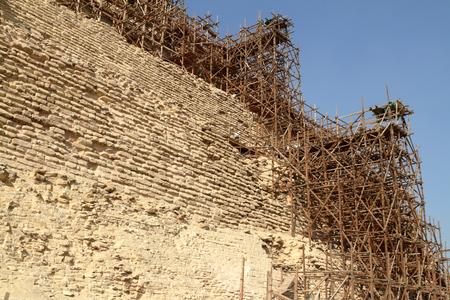 andamios: Andamio en la pirámide escalonada de Saqqara en Egipto Foto de archivo