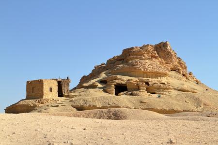 tumbas: tumbas rupestres en el oasis de Siwa en Egipto Foto de archivo