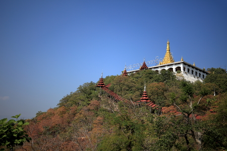 monasteri: Buddhist Monasteries and temples in Mandaley in Myanmar Editoriali