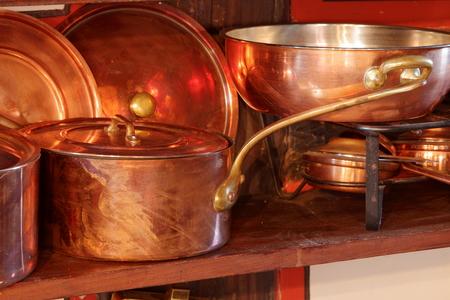 cobre: ollas de cobre en la cocina