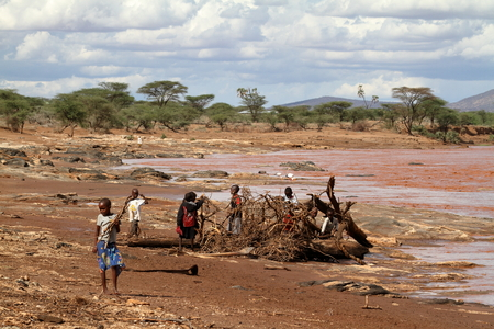 Children from the Samburu tribe gather at Holz, 12. October 2012