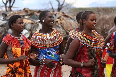 ケニアの伝統的なサンブル女性 報道画像