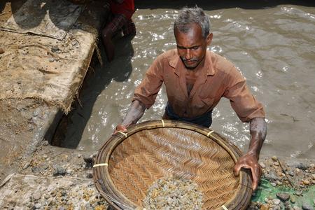 Männer in den Edelsteinminen bei Ratnapura in Sri Lanka