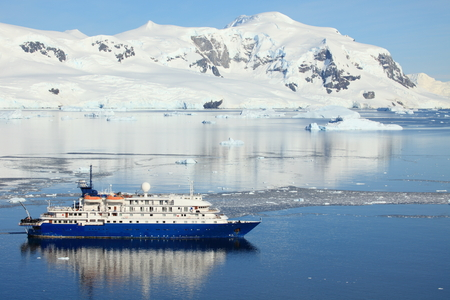 Cruising Ship in the Antarctic Ocean Foto de archivo