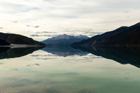 Reflexiones en el lago Muncho en Canadá