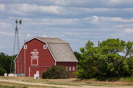 Fienile rosso e fattoria in Canada