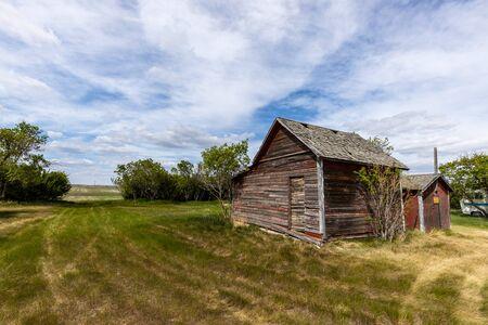 Granja abandonada en la pradera de Canadá