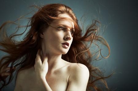pelirrojas: Retrato de la joven sexy con cabello ondulado